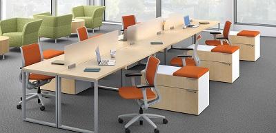 Estetyczne meble biurowe w pomieszczeniu dla pracowników, całość utrzymana w przyjemnej i nienachalnej tonacji, co sprzyja komfortowi pracy.