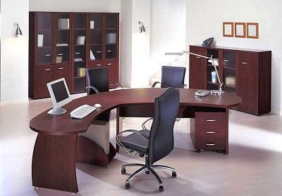 Wariant elegancki i reprezentatywny mebli biurowych, często stosowany w pomieszczeniach osób o wysokim stanowisku.