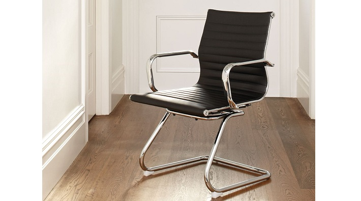 krzesło biurowe z metalowym stelażem