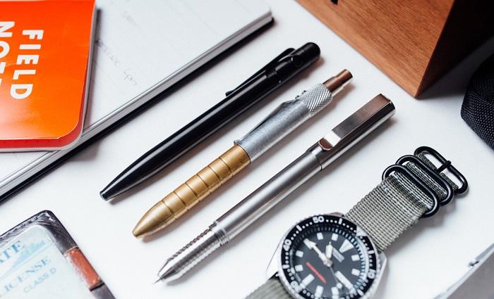 Długopis do biura - jedno z podstawowych akcesoriów, niezbędny w pracy z papierową dokumentacją. Przy chodziennych czynnościach szczególnie przydają się modele ścieralne, z kolei długopisy żelowe cenione są za komfort pisania oraz dobry stosunek ceny do jakości.