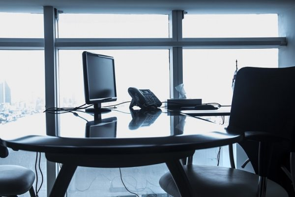 komputer desktop w biurze